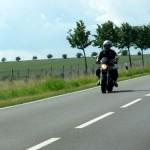 Motorradfahrer mit Helm