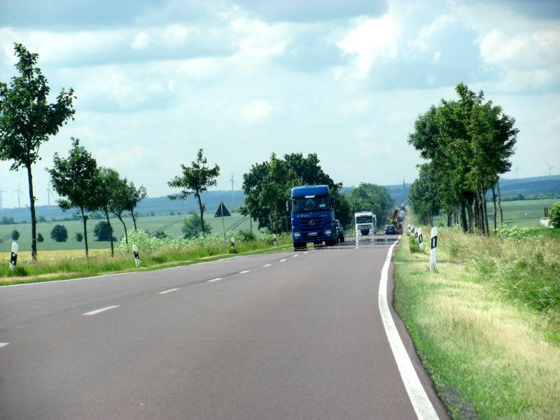 LKW Landstraße überholen